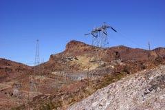 Hög-spänning kraftledningar från dammsugarefördämningen Fotografering för Bildbyråer