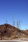 Hög-spänning kraftledningar från dammsugarefördämningen Royaltyfri Bild