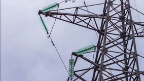 Hög-spänning kraftledningar Metallkonstruktionen håller trådarna bunden industri fara förnybar energi arkivfilmer