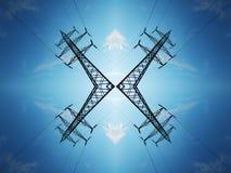 Hög-spänning kraftledningar mot den blåa himlen med moln arkivbilder