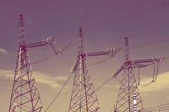 Hög-spänning linje av elektricitetsöverföringar, med retro effekt arkivfoto