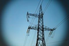 Hög-spänning linje med trådar mot en blå himmel royaltyfria foton