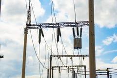 Hög-spänning trådar på poler under hög spänning Tonad bild Kraftverk på branschen royaltyfria foton