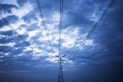 Hög spänning under den blåa skyen Royaltyfri Bild