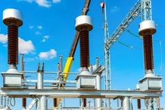 Hög-spänning utrustning - vakuumströmbrytare och isolatorer på metallservice royaltyfri foto