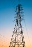 Hög spänningselektricitetsstolpe eller högt spänningstorn Royaltyfri Foto