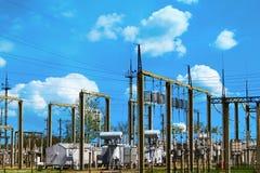 Hög spänningselkraftstation - elektriska poler och linjer på blå härlig sommarhimmelbakgrund royaltyfria foton