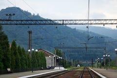 Hög spänningskontaktlinje på järnvägsstationen i bergen arkivbilder