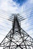 Hög spänningskraftledning för energi Arkivfoton