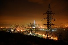 Hög spänningslinje i nattetidbelysning Royaltyfri Foto