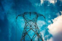 Hög spänningslinje pylon som underifrån ses Royaltyfri Foto