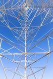 Hög spänningsstolpe. bakgrund för Hög-spänning tornhimmel Royaltyfri Bild