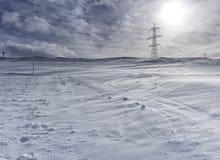 Hög spänningsstolpe i berget Arkivbilder