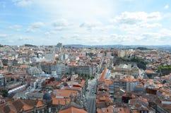 Hög stadssikt från Clérigos det kyrkliga tornet i Porto, Portugal Arkivfoto