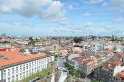 Hög stadssikt från Clérigos det kyrkliga tornet i Porto, Portugal Royaltyfri Foto