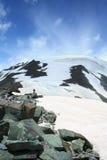 hög sten för snow för rock för bergpasserandemaximum Royaltyfri Foto