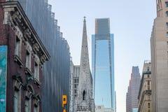hög stigning för byggnader i city arkivfoton