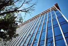 hög stigning för byggnadskonstruktion under Platsen med kranar mot blå himmel royaltyfri fotografi