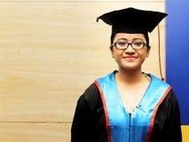 Hög student, i att le för avläggande av examenfölje arkivbilder