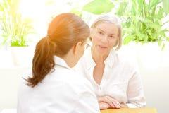 Hög tålmodig konsulterande kvinnlig doktor arkivfoto