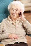 hög talande kvinna för mobil telefon Royaltyfri Foto