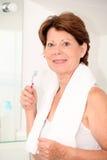 hög tandborstekvinna för badrum Arkivbild