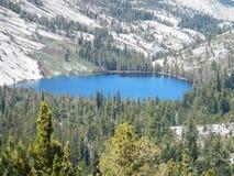 Hög toppig bergskedja sjö i himlen Arkivfoton