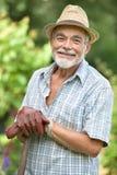 Hög trädgårdsmästare med en spade Arkivfoto