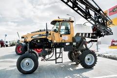 Hög traktor på utställning för jordbruks- maskineri Royaltyfri Foto