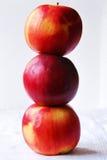 HÖG: Tre äpplen, ett på andra Royaltyfri Bild