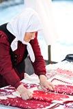Hög ungersk etnisk kvinna som bär den traditionella dräkten Cluj Napoca Rumänien Arkivbild