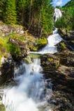 Hög vattenfall i sommarträna Royaltyfria Bilder