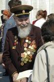 Hög veteran av världskrig II på minnesfyrkant Arkivfoto