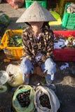 Hög vietnamesisk kvinna i den traditionella hatten på gatamarknaden, Nha Trang, Vietnam Arkivfoton