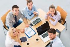 Hög vinkel av affärsfolk på tabellen Arkivbilder