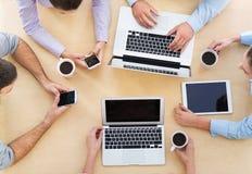 Hög vinkel av affärsfolk på tabellen arkivfoton