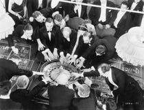 Hög vinkel av en grupp människor som spelar rouletten (alla visade personer inte är längre uppehälle, och inget gods finns Levera royaltyfri fotografi