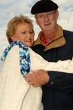 hög vinter för par utomhus Royaltyfri Foto