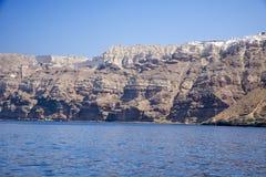 Hög vulkanisk klippa i den Santorini ön Arkivfoton