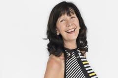Hög vuxen kvinna som ler lyckaståenden royaltyfria foton