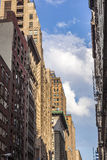 Höga äldre tegelstenbyggnader i New York Fotografering för Bildbyråer