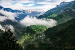 Höga berg och moln, härligt naturlandskap royaltyfri foto