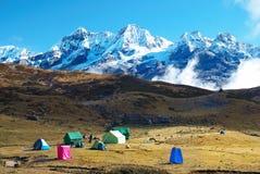 Höga berg som täckas av snö. Fotografering för Bildbyråer