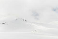 Höga berg under snö med klar blå himmel Royaltyfria Foton