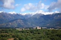 Höga bergskedjor av de sydliga fjällängarna i sommar Royaltyfri Bild