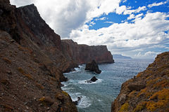 Höga bergskedjor på havkusten Arkivfoto