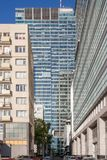 Höga byggnader i centret Affären centrerar i Warsaw Höghus Zlota 44 arkivbilder