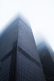 Höga byggnader i dimman, New York City Royaltyfri Bild