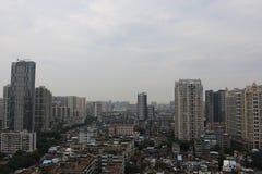 Höga byggnader i fattiga bostadsområden Royaltyfria Foton