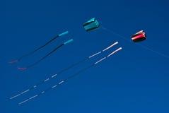 höga drakar två för pojkeflygflicka Arkivbild